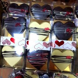 Caja Especial Regalo 2 Corazones de Chocolate Artesano Negro/Blanco rellenos APISIERRA